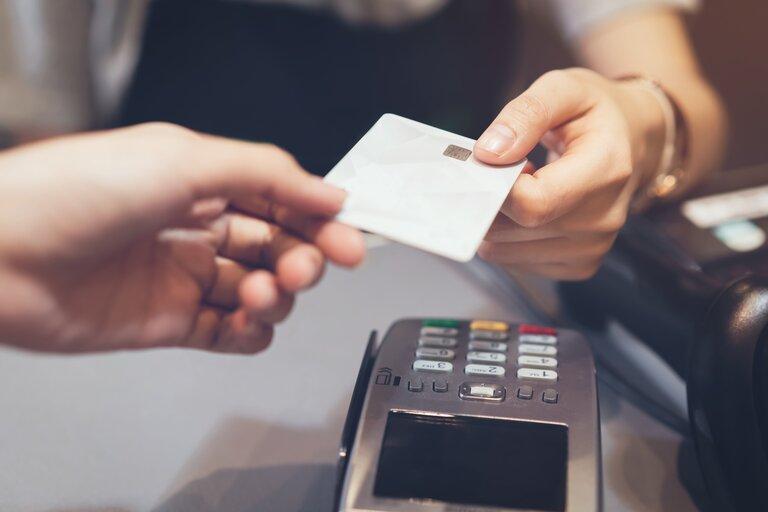 オンラインカジノにデビットカードで入金や出金ってできるの?